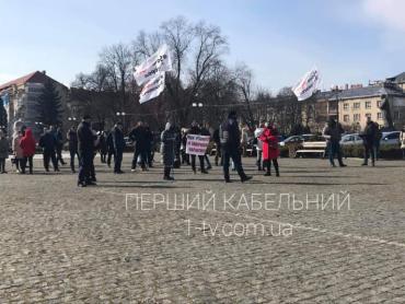 Полсотни разъяренных людей с плакатами вышли на протест к зданию ОГА в Ужгороде