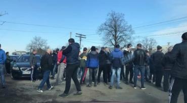 Дикие пробки, приехала скорая: Десятки людей заблокировали трассу в Закарпатье