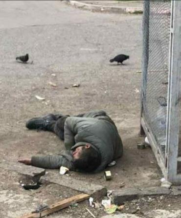 В Ужгороде заметили грустную картину: Окровавленного мужчину игнорировали абсолютно все