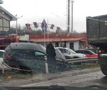 На выезде из Мукачево жуткая авария: Автомобиль расплющило об отбойник