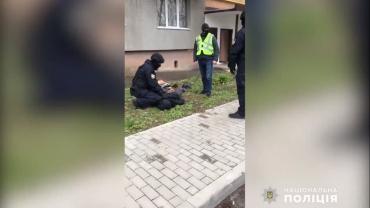 В Закарпатье люди с окном наблюдали за захватывающей картиной: Мужчину повалили на землю несколько полицейских