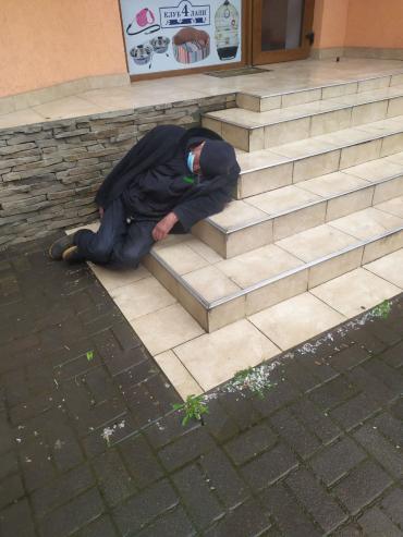 Живой или нет: В Ужгороде у стен зоомагазина наблюдают печальную картину