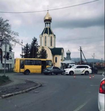 В Ужгороде на центральной улице авария с участием пассажирского автобуса