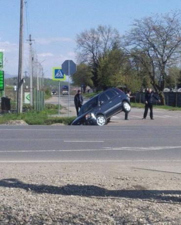 В Мукачево возле кладбища водителя буквально столкнули с дороги