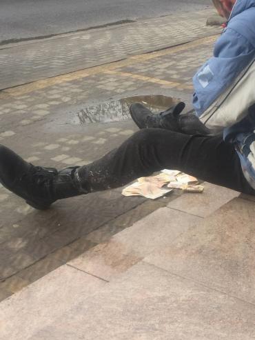 В Ужгороде мажорный бездомный шокировал прохожих щедростью