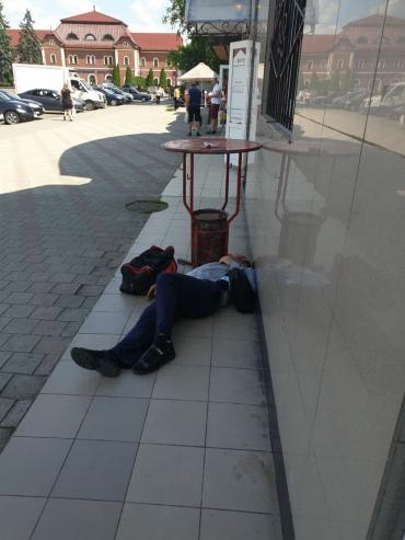В Ужгороде пьяная компания бросила уставшего товарища на тротуаре