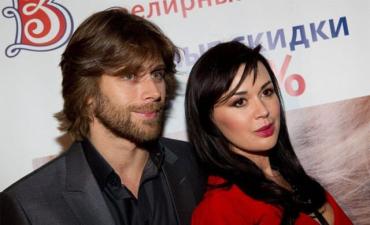 Мужа Анастасии Заворотнюк заметили всего в слезах, когда он выходил из больницы