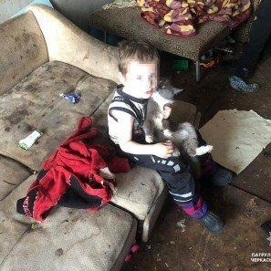 Двух детей в Черкассах 21-летняя мать держит в нечеловеческих условиях
