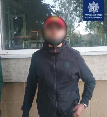 В Ужгороде у стен кафе ошивались подозрительные лица