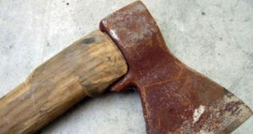 В Сумах женщина нанесла мужчине несколько ударов топором, от чего той умер