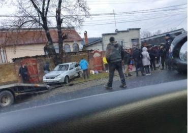 ДТП на Закарпатье: Один из автомобилей отбросило на пешеходную часть, водители в ярости
