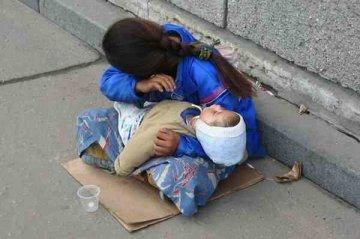 Горе-мать из Закарпатья вместо того, чтобы устроится на работу заставила попрошайничать свою дочь