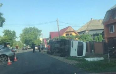 """В Закарпатье микроавтобус столкнулся с """"БМВ"""""""