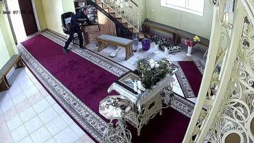 В Тернополе прихожанин крестясь на иконы обокрал божий храм