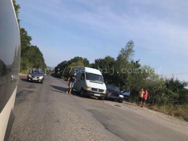 В Закарпатье микроавтобус не поделил дорогу с легковушкой
