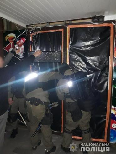 В Закарпатье устроили охоту за нелегальными заведениями для развлечения, вызывающего зависимость