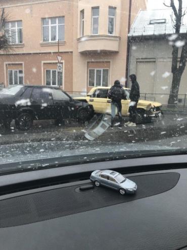 Объезжайте десятой дорогой: В Мукачево возле ЗАГСа из-за ДТП пробки