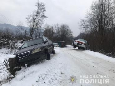 Оба автомобиля вылетели с дороги: В Закарпатье из-за пьяного парня произошло ДТП
