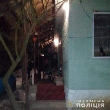 """""""Чай будем пить?"""": В Закарпатье незнакомец ворвался домой, пытался убить целую семью вместе с гостями, а его жена пытается откупиться"""