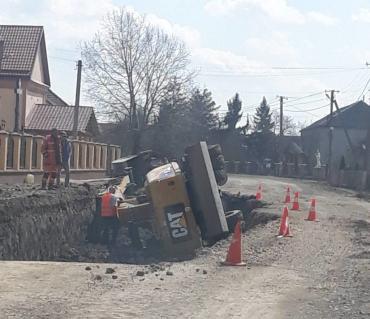 Курьез дня: В Закарпатье экскаватор упал в яму, которую выкопал сам