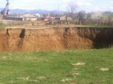 Образовавшаяся карстовая пропасть с острыми краями в Солотвино
