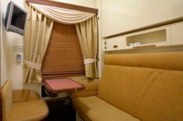 В купе есть раскладной диван и еще выдвигается верхняя полка