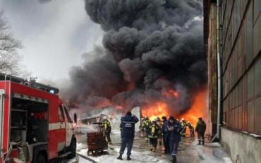 В Харківській області маштабна пожежа на складі автозапчастин