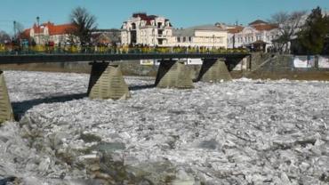 Скопление ледяной массы на реке Уж в районе пешеходного моста