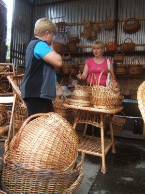 В закарпатском селе Иза все плетут лозу