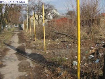 На фото приватна територія на вул. Загорській в Ужгороді