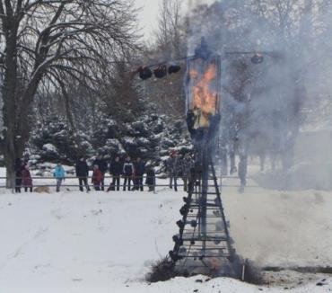 Десятиметровое чучело Мары сожгли на льду замерзшего Ужа