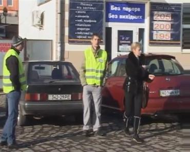 В Ужгороде работают парковщики в зеленых жилетах