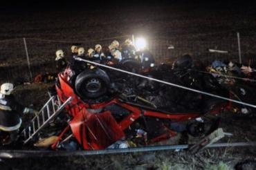 В Венгрии фура раздавила микроавтобус, 14 человек погибли