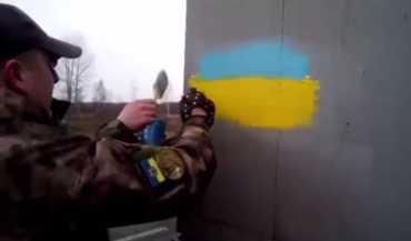Грузовики, в которых замечена символика России, красят в цвета украинского флага