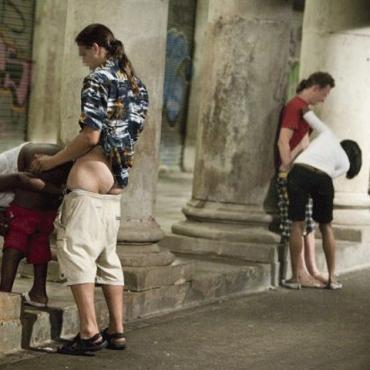 Сексуальные сцены на улицах исторического центра Барселоны