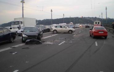 На мосту Патона столкнулись 5 автомобилей