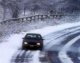 Заручниками заметеної снігом дороги стали 2 автобуси та 30 легковиків