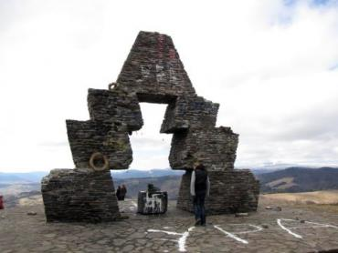 невідомі знову розмалювали свастикою угорський монумент на Верецькому перевалі