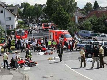 В Германии автомобиль врезался в праздничное шествие