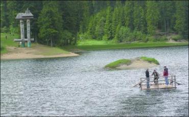 Дно Синевирского озера покрыто смереками (фото: Снежана РУСИН)