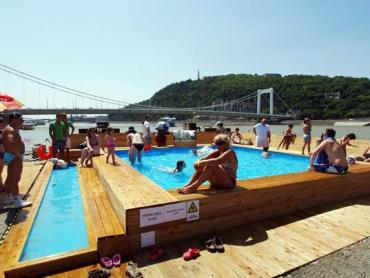 На Дунае появился плавучий пляж