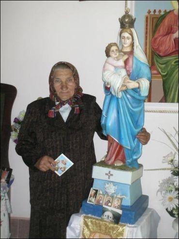 Жительница закарпатского села Лисарня Мукачевского района Мария Феделеш ежедневно молится Богородице в церкви