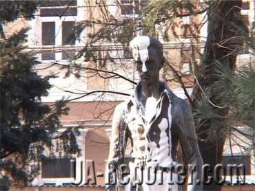 Неизвестные залили белой краской памятник венгерскому поэту Шандору Петефи