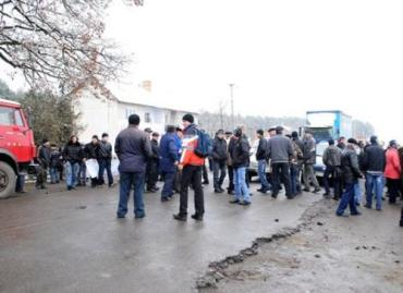 В Перечинском районе селяне устроили бунт и перекрыли дорогу