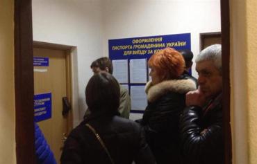 Закарпатцы массово делают биометрические паспорта в ужгородском ОВИРе