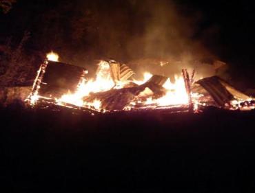 Свалява: пожар в деревянных новостройках тушили местные спасатели