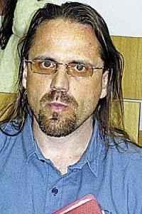 Осужденный на 16 лет за убийство подал в суд на курящих сокамерников