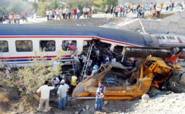 5 погибших, 17 раненых: турецкий поезд столкнулся со строительной машиной