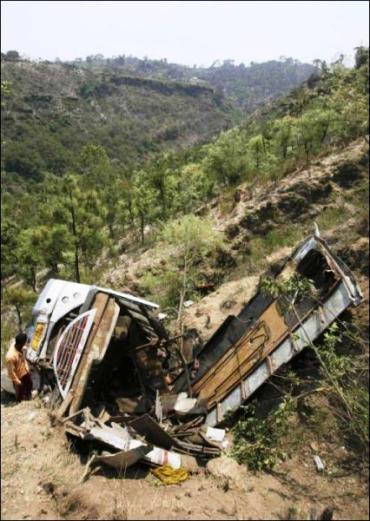 В Индии 25 тел извлекли из-под автобуса, упавшего в ущелье