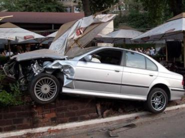 BMW не справился с управлением и влетел прямо в террасу кафе